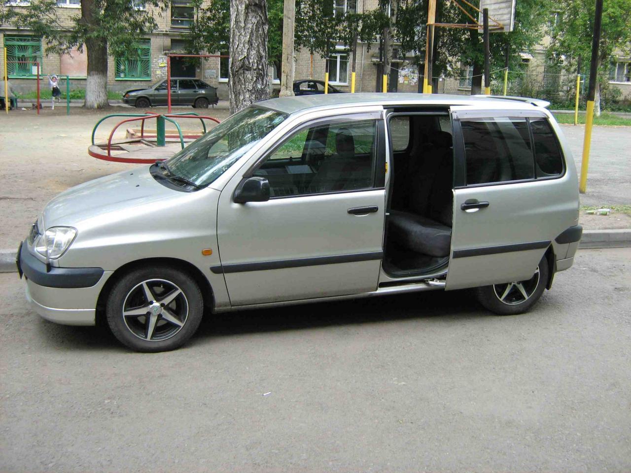 Лобовое стекло Toyota Raum. Продажа и замена в Уфе.